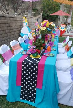 How to set the table for a Mad Hatter Tea Party - Birthday party ideas for kids, Alice in Wonderland theme. Mad Hatter Birthday Party, Mad Hatter Party, Birthday Party Tables, Mad Hatter Tea, 1st Birthday Parties, Birthday Ideas, Alice In Wonderland Birthday, Wonderland Party, Alice In Wonderland Clothes