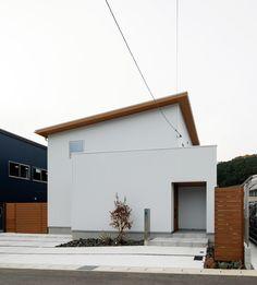 白のガルバリウムに、木のやわらかさが加わった外観。#ルポハウス #設計士とつくる家 #注文住宅 #デザインハウス #自由設計 #マイホーム #家づくり #施工事例 #滋賀 #おしゃれ #外観 #ガルバリウム #白 #木