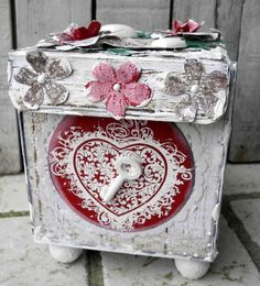 Gaveæske til Valentines day/Giveaway and challenge Paper Box Tutorial, Awesome Box, Valentine's Day, Paper Boxes, Grunge, Stamps, Decorative Boxes, Challenges, Hearts