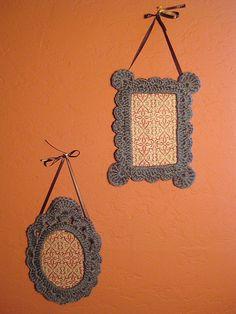 amazing crochet frames by ravelry user llamallover Crochet Box, Love Crochet, Crochet Gifts, Crochet Flowers, Crochet Toys Patterns, Baby Knitting Patterns, Crochet Decoration, Crochet Snowflakes, Handmade Frames