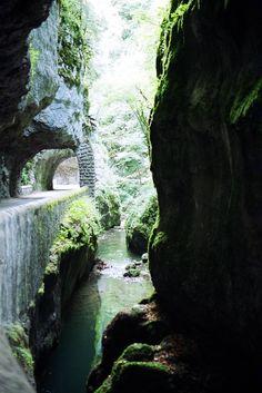 Grands Goulets Les Grands Goulets sont des gorges situées dans le département français de la Drôme, dans la partie amont de la reculée de la Vernaison, dans la partie occidentale du massif du Vercor