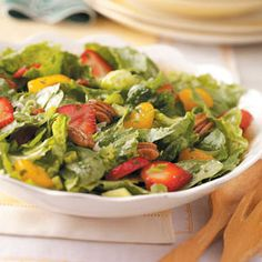 Strawberry Orange Pecan Tossed Salad Recipe -With juicy strawberries, tangy… Chopped Salad Recipes, Spinach Salad Recipes, Fruit Recipes, Healthy Recipes, Bariatric Recipes, Delicious Recipes, Healthy Food, Romaine Salad, Vinegar Dressing