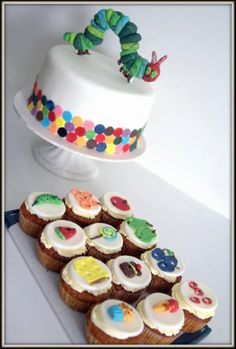 Emilys Raupe-Nimmersatt-Buffet ist eröffnet! Torte: Schokoladentorte mit Vollmilchschokoganache Links: Oreo- Cupcakes mit Sahne-Frischkäse-Frosting Rechts: Karotten-Orangen-Walnuss-Cupcakes mit Vanillebuttercreme und Fondantdeko