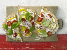 Wie eine kleine Pizza! Zucchini, Paprika und Tomaten geben darauf den Ton an! Gemüse-Dinkel-Fladen - mit Hähnchenbrust - smarter - Kalorien: 215 Kcal - Zeit: 30 Min. | eatsmarter.de