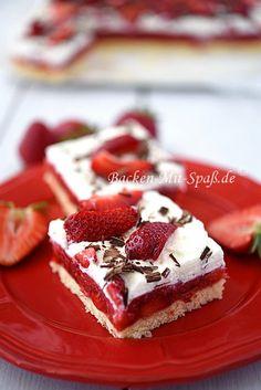 Rezept Leichte Erdbeerschnitte. Leichte Erdbeerschnitte Genueser Biskuitboden belegt mit einem selbstgemachten Erdbeerpudding, der sehr intensiv nach Erdbeeren schmeckt. Darauf kommt die geschlagene Sahne mit Erdbeerstücken und Schokoraspeln. Der Kuchen ist leicht, luftig, erfrischend und nicht zu süß. Genau das richtige für heiße Tage.