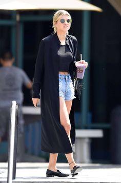 Street Style: Sophia Richie. Cropped preto, maxi blazer preto, short jeans desfiado, loafer preto