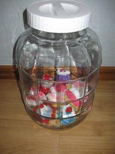 decoratieve cupcakes / taartjes gehaakt en in een grote voorraadpot van loods 5 !