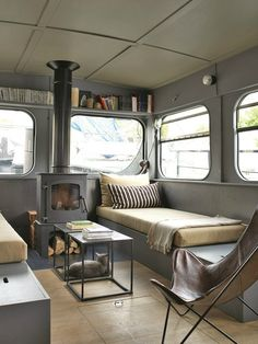 caravan interior 399553798184988355 - Maisons sur l'eau – PLANETE DECO a homes world Source by rosemarynatali Bus Living, Tiny House Living, Small Living, Living On A Boat, Canal Boat Interior, Narrowboat Interiors, House Boat Interiors, School Bus House, Houseboat Living