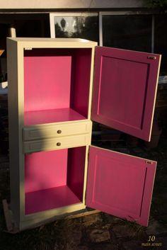 Petite armoire rénovée : Intérieur peint en Dragon Fruit et extérieur Grain d'orge de V33