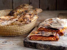 Le scacce ragusane al pomodoro sono una specialità tradizionale della provincia di Ragusa, condite con passata di pomodoro, basilico e caciocavallo.