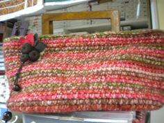 Para que veáis la variedad de posibilidades en torno a un mismo objeto o una misma labor, os traemos otro bolso. Si el anterior era de patchwork, éste lo es de ganchillo. Lo ha hecho una de nuestras alumnas Katia. La lana es degradada y el asa es de madera, una pasada también este bolso.