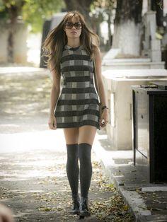 cac542836b79e Alice aposta em vestido curto com estampa xadrez