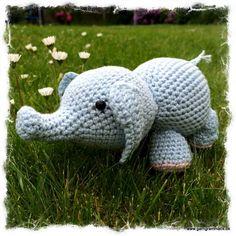 Hæklet elefant! Crochet Baby Toys, Crochet Animals, Diy Crochet, Baby Knitting Patterns, Crochet Patterns, Amigurumi Free, Pattern Library, Safari Animals, Diy Toys