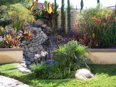 un mur de soutènement bas dans le petit jardin