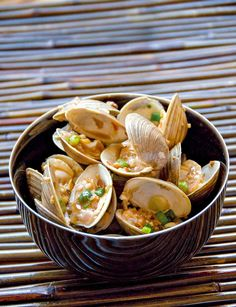 Bowl of stir-fried clams with chopped shallots, garlic, ginger, and chili flakes on bamboo Clam Recipes, Seafood Recipes, Asian Recipes, Healthy Recipes, Asian Foods, Chinese Recipes, Delicious Recipes, Capon Recipe, Fried Clams