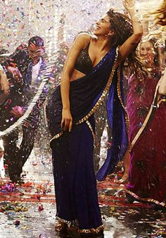 Deepika's Badtameez Dil glam drape Style: A Casual Way to drape a Saree... Find out 10 more style at Looksgud.in