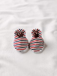 BurdaStyle is a community website for people who sew or would like to learn how. Burda Baby, Baby Patterns, Sewing Patterns, Baby Moccasin Pattern, Diy Clothes And Shoes, Cute Baby Shoes, Baby Slippers, Kids Sneakers, Free Baby Stuff