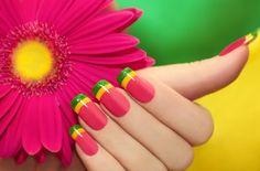 nail art original : vernis à ongles rose, jaune soleil et vert citron pailleté