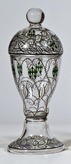Seltener Deckelpokal Fachschule Haida, um 1915 Farbloses Glas mit Schwarzlot, farblosem Kristall- und grünem Transparentemail.