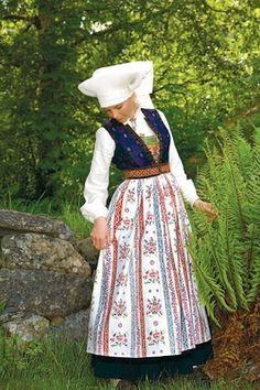 Traditional Norwegian folk costumes - Page 5 Folk Fashion, Fashion Sewing, Norwegian Clothing, Norwegian People, European Costumes, Folk Clothing, Folk Festival, Folk Costume, Traditional Dresses