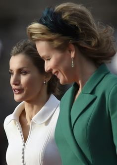 Belgium's Queen Mathilde (R) welcomes Spain's Queen Letizia during an official welcoming ceremony at the Royal Palace in Brussels on 12.11.2014.