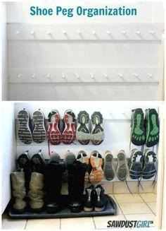 Economize espaço pendurando sapatos em uma sapateira. | 23 maneiras inteligentes…