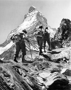Climbers on Matterhorn Timeline Classics / Timeline Images # # # . Vintage Ski, Vintage Posters, Vintage Photos, Vintage Sport, Zermatt, Bergen, Timeline Images, Swiss Travel, Escalade