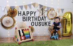 1歳の誕生日☆ ハーフバースデーと同じ飾り付けで成長がわかるように。 おじいちゃんおばあちゃんやおばちゃんにもらった誕生日プレゼントも一緒に!!!