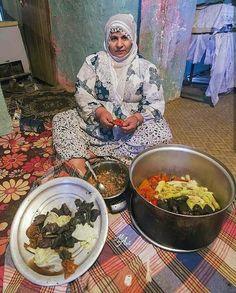 Kurdish Mother from Mêrdin making Dolma. Kurdish Food, The Kurds, Paella, Kurdistan, Cooking, Ethnic Recipes, Pakistan, Times, Night