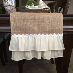Tables Shabby Chic, Shabby Chic Living Room, Shabby Chic Furniture, Shabby Chic Decor, Eco Deco, Wedding Table Toppers, Burlap Table Runners, Table Runner Pattern, Burlap Crafts