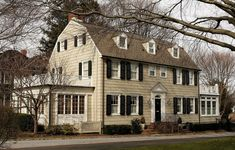 Dutch Colonial Revival Architecture The Amityville Horror House. Yes, it really exists. Haunted Houses In America, Scary Haunted House, Scary Houses, Dutch Colonial Homes, Colonial House Plans, Style At Home, The Amityville Horror House, Roof Styles, Arquitetura