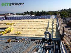 Posa della lana isolante prima dell'installazione dell'impianto fotovoltaico