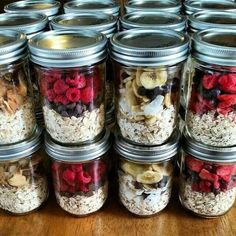 """Instant"" Oatmeal Jars – Easy Breakfast Meal Prep Make ahead oatmeal! Put cup dry oats in a pint sized Mason jar & top with different combos of freeze dried fruit. Add 1 cup boiling water then get ready for your day & enjoy! Mason Jar Meals, Meals In A Jar, Mason Jar Food, Mason Jar Recipes, Mason Jar Drinks, Pint Mason Jars, Mason Jar Diy, Clean Recipes, Cooking Recipes"