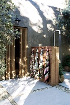 an Interior Designer's Ultra-Cool Malibu Farmhouse Outdoor shower by Alexander Design. Actually pretty simple to make and outdoor shower.Outdoor shower by Alexander Design. Actually pretty simple to make and outdoor shower. Outdoor Baths, Outdoor Bathrooms, Outdoor Rooms, Outdoor Gardens, Outdoor Living, Outdoor Decor, Outdoor Sauna, Outdoor Kitchens, Outside Showers