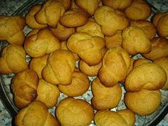 Πιο εύκολα και γρήγορα κουλουράκια δεν έχετε φτιάξει... ούτε ζύμωμα δεν χρειάζονται! Γίνονται τραγανά, αφράτα, όχι πολύ γλυκά και είναι ιδαν... Greek Sweets, Pretzel Bites, Biscuits, Deserts, Cookies, Treats, Vegetables, Recipes, Food