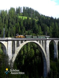 Krokodil der Rhätischen Bahn auf dem Wiesener Viadukt nähe Davos (c) I. Drews