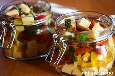 Ja - jeg er sååååå glad i ost! Sånn er det bare... I dag er det den nederlandske Edamerosten som står for tur. Skjær osten i terninger og legg osteterningene i en herlig marinade - så har du mye godt å glede deg til! Pasta Salad, Stuffed Peppers, Ethnic Recipes, Prom Dresses, Food, Red Peppers, Crab Pasta Salad, Stuffed Pepper, Essen