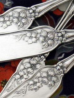 Art Nouveau spreaders with Orange Blossom pattern Vintage Love, Vintage Silver, Antique Silver, Silver Spoons, Silver Plate, Silver Cutlery, Jugendstil Design, Or Antique, Vintage Antiques