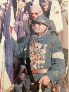 je viens de découvrir cette photographie EXTRAORDINAIRE Un POILU de la guerre de 1914 avec toutes ses médailles Cet HOMME VETERAN des TRANCHEES...PIERRE ROCOBRE 1889-1983