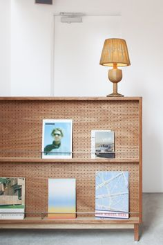 Leibal features minimalist design in regards to architecture, interior design, furniture design, and product design. Storage Shelves, Shelving, Record Storage, Home Decor Furniture, Furniture Design, Deco Restaurant, Interior Architecture, Interior Design, Diy Décoration