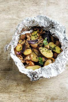 Papillote de pommes de terre, champignons et oignons rouges - Si cette version veggie ne vous satisfait pas, accompagnez cette papillote de pommes de terre d'un carré d'agneau au four...