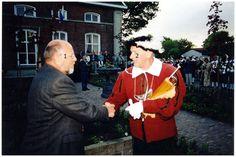 Gilde broeder kapitein Wim Ras dankt Wethouder Bakens. 1. wethouder Bakens; 2. Wim Ras;  Rechters, Frits J.M. (fotograaf)  - 2001