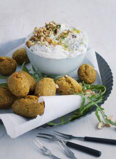 """Frittierte Linsenbällchen mit Joghurt-Gurken-Dill-Dip aus """"Das Vegetarische Kochbuch"""" von Barbara Bonisolli"""