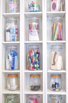 12 Super Duper Mason Jar home organisation ideas. use the loveliness of Mason Jars to make your home organisation that bit more beautiful. Organisation Hacks, Organizing Hacks, Craft Organization, Bedroom Organization, Organising, Dollar Tree Organization, Kitchen Organization Pantry, Diy Hacks, Mason Jar Storage