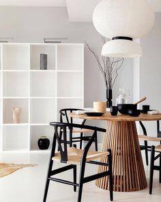 Dit top design is gemaakt van massief teakhout, met tinten die de helderheid van de ruimte ten goede komen. De Jeanette tafel is voor het leven, omdat hij ook bestand is tegen het verstrijken van de tijd. #eettafel #tafel #eethoek #eetkamer #diningroom #diningarea #inspiratie #styling @sebastien,robert.homestaging