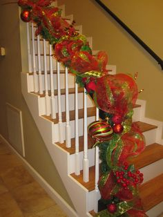 Christmas staircase with mesh garland Winter Christmas, Christmas Holidays, Christmas Wreaths, Christmas Projects, Holiday Crafts, Christmas Ideas, Christmas Staircase Decor, Deco Mesh Garland, Ribbon Garland