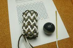 型紙を使って簡単に作る、パイナップルノットの編み方です。   かなりの練習が必要です。型紙がなければ.....   僕はこのパイナップルノットを製作したドッグリードのボロ隠しに利用しようと思っています。(その際は芯糸は抜いて編んだ方がいいですね)    *実用的なサイズの7×...