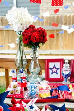A post full of DIY of July Party Ideas complete with pinwheels, whoopee cookies and red, white and blue garlands, fresh flowers and popcorn! 4th Of July Games, Fourth Of July Food, 4th Of July Party, July 4th, 4. Juli Party, Party Party, Independence Day Decoration, July Baby, July Birthday