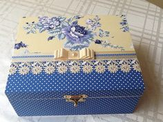 Like this decopauge design Decoupage Vintage, Decoupage Box, Painted Boxes, Wooden Boxes, Handmade Crafts, Diy And Crafts, Pretty Box, Altered Boxes, Craft Box