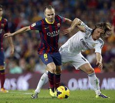 GRA333. BARCELONA, 26/10/2013.- El centrocampista del F.C. Barcelona Andrés Iniesta (i) pelea un balón con el centrocampista croata del Real...